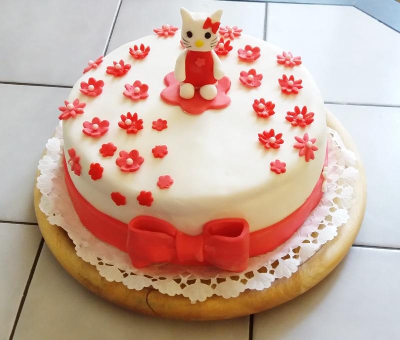 burkolt Hello Kitty torta virággal és masnival