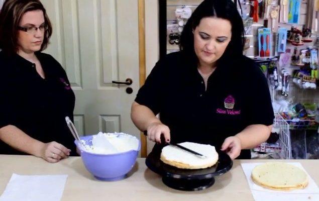 Torta betöltése krémmel