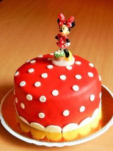 Minnie tortagyertyával díszített torta