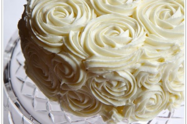 red-velvet-torta-kremrozsa-diszite