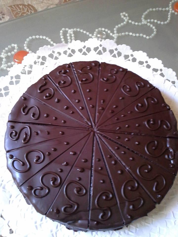 Sacher torta tálalva