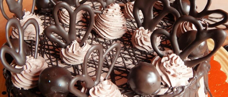 Mozart torta csokoládé díszekkel