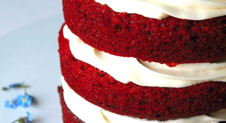 red-velvet-torta-virag-diszitessel